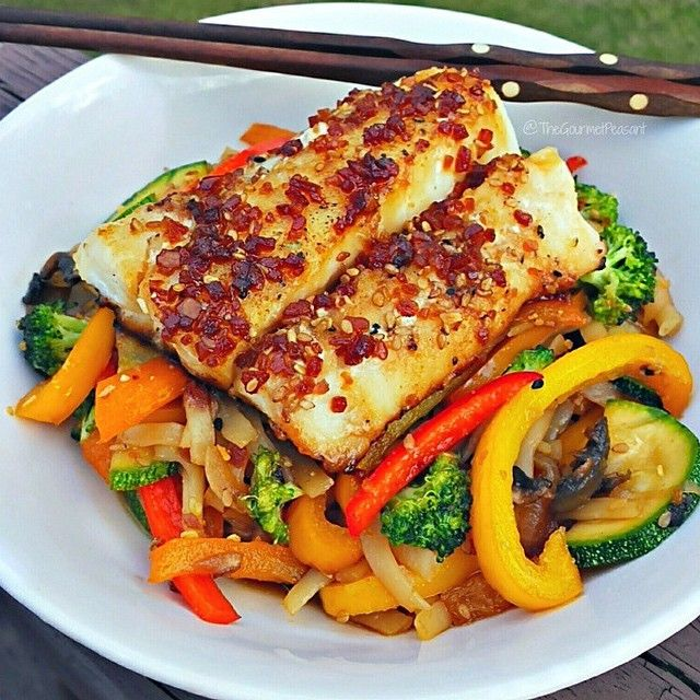 """""""Good Evening SizzleFish Fans!! Do we have a GORGEOUS meal to share with you tonight using our Atlantic Cod! @thegourmetpeasant made a stunning Teriyaki Ginger Glazed Atlantic Cod that was served over Pad Thai Noodles and Fresh Vegetables!  . . ➡️The best part about this dish is that Blake made it with a piece of Atlantic Cod straight from freezer to hot oven for a meal that was made in no time flat!  ---------------------------------------"""