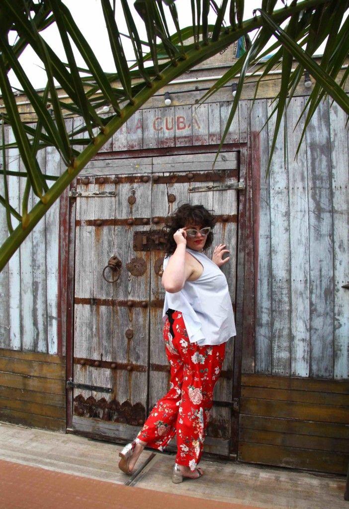 River island plus, grote maten, achterkant outfit, rode broek met wijde pijp, lichtblauwe top