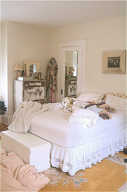 white and shabby bedroom,