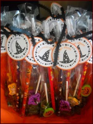 Looking for some GREAT Halloween party treat bag ideas? Well here you go! What a Cool idea!