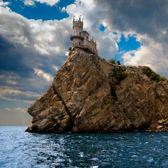 """Le château du """"Nid d'hirondelle"""" (en russe : Ластoчкино гнездо, Lastotchkino gnezdo, en ukrainien : Ластiвчiне гнiздо, Lastivtchine hnizdo) est un château néo-gothique, situé à Gaspra, près de Yalta, sur les bords de la mer Noire, en Crimée. Bâti sur la falaise de l'Aurore, il surplombe la mer d'une quarantaine de mètres de hauteur et constitue un symbole célèbre de la Crimée."""
