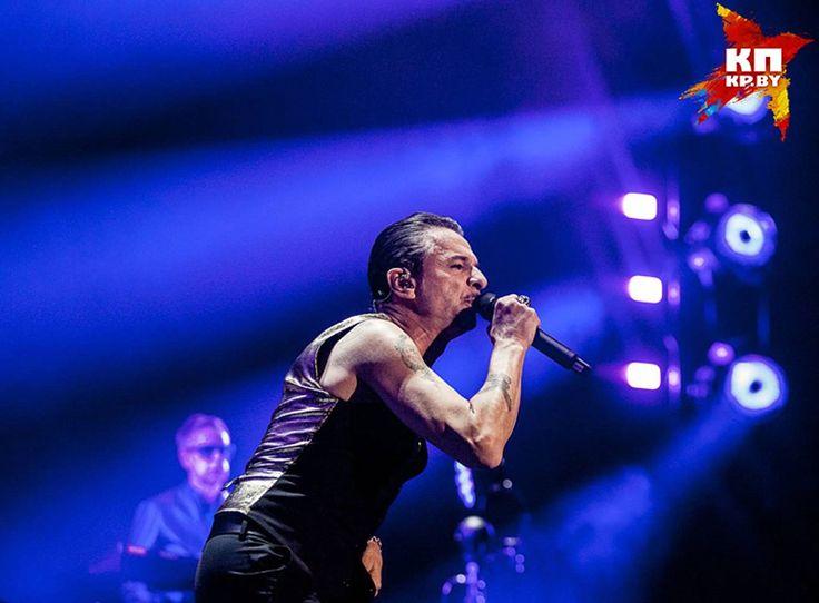 Дэйв Гаан на концерте ни на секунду не останавливался на месте. Фото: Nils Carmel