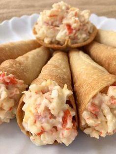 Cornetes rellenos de palitos de cangrejo, huevo y mahonesa*