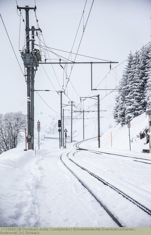Schneebedeckte Eisenbahnschienen, Andermatt, Uri, Schweiz
