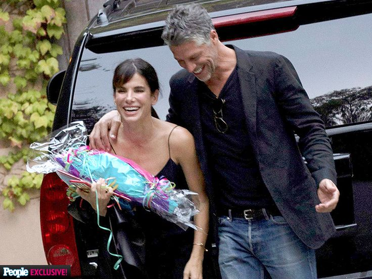 sandra bullock dating in 201 Photo of sandra bullock cozies up to boyfriend bryan randall, who appears to be wearing a wedding band.