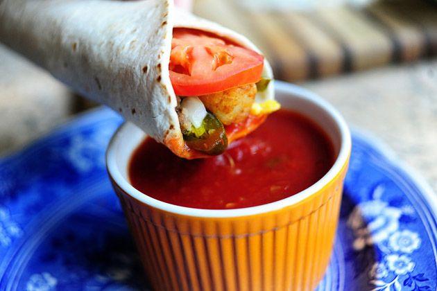 SUPERSONIC BREAKFAST BURRITO  **** Een 10 van Elroy!!! Worstjes in zijn geheel gebakken en in ringen gesneden, Cheddar plakjes, bacon-ui rosti schijfjes, tomaten, scrambled eggs en verse uitjes!****