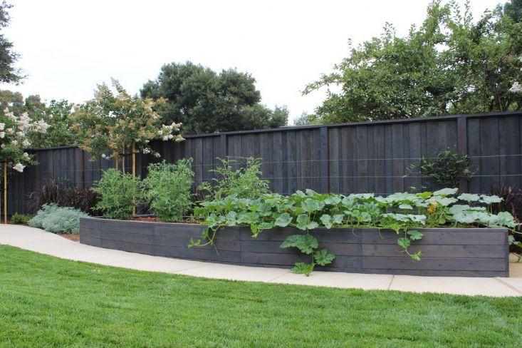 Een groot verhoogd bloembed voor een grote tuin. In dit voorbeeld uit Californië is het antraciet gekleurd.