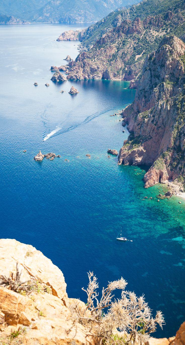 Pinèdes bercées par le chant des cigales, sable étincelant semé de doux rochers roses et mer bleu lagon, aux transparences sublimes : dans le golfe de Porto Vecchio, Palombaggia, Santa Giulia et Benedettu caracolent en tête du « top 3 » des plages paradisiaques.