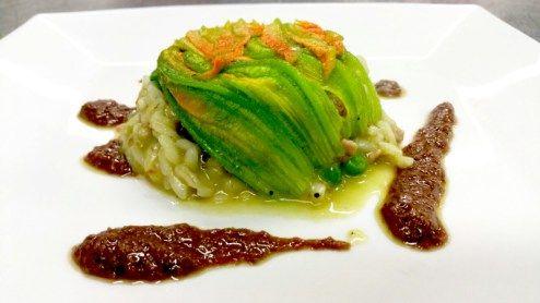 Sformatino di risotto con ragù di coniglio, piselli, fiori di zucca e olive nere