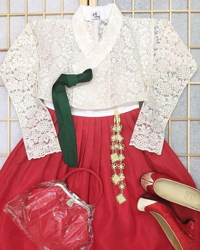 비와서 좋은데 지각 😂😂 예뿐 나의 모란레이스❤ . . . . #모란나비한복 #모란나비 #한복 #hanbok #생활한복 #전통한복 #맞춤한복…