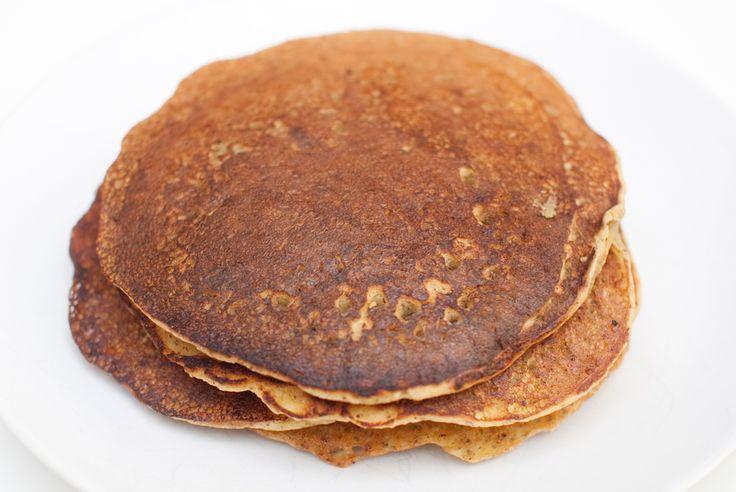 Glutenfrie dessertpannekaker med kikertmel og linfrø. Ingredienser: 3 spiseskjeer linfrø 0,5 desiliter varmt vann 3,5 desiliter kikertmel 1 teskje kanel 1 teskje bakepulver 2 spiseskjeer sukker 1 ...