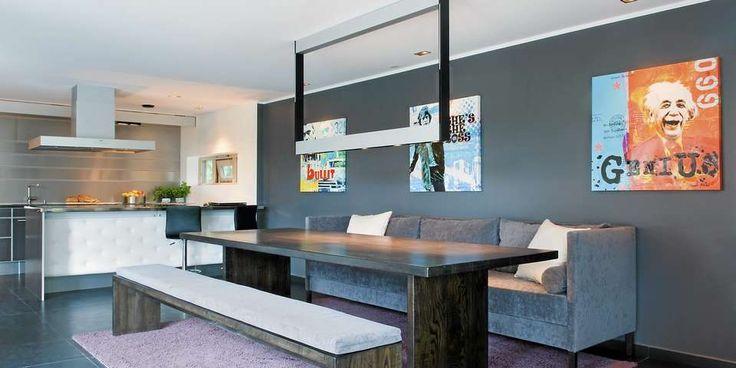 MASSIV ASK: Både det 2,7 m lange bordet i svartbeiset ask og benker er håndlaget av Brubakken Home i Hvittingfoss. Fotokunst signert en israelsk kunstner fra Kvam Galleri på Lysaker. Hvert bilde har sin egen takspot.