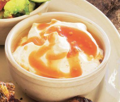 Sweet chilikräm serverar du som tillbehör på grillbuffén. En sås med hetta, sälta och sötma! Mycket enkel att röra ihop och resultatet blir förträffligt.