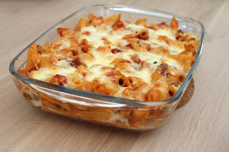 Zin in een ovenschotel met pasta, tomaat en kaas? Een ovenpasta is makkelijk om te maken. De ovenschotel kan ook een dag van te voren worden gemaakt.
