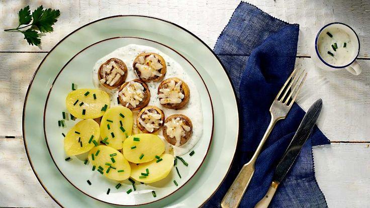 Plněné žampiony s gorgonzolou, smetanovým dresinkem a bramborami
