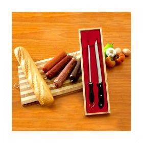 https://www.likeit.pt/cozinhar/279-faca-e-afiador-para-presunto.html - O conjunto Faca e Afiador para Presunto é recomendado para preparar presunto e cortar carne. A lâmina da faca é de aço inoxidável e tem um comprimento de 34 centímetros que permite cortar fatias finas de picanha, presunto e até de sashimi.