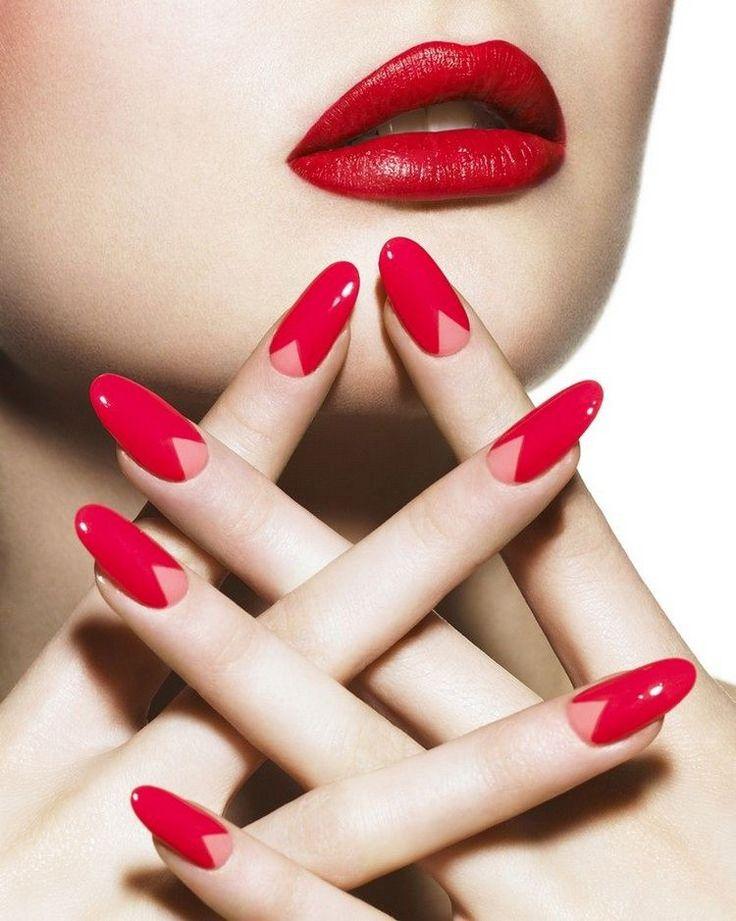 Fingernägel in Mandelform in rot mit rosafarbigem Dreieck an der Nagelbasis