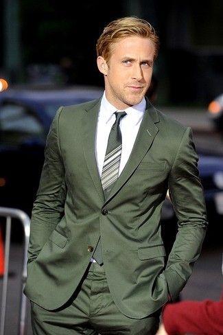 Luce lo mejor que puedas en un traje verde oliva y una camisa de vestir blanca.