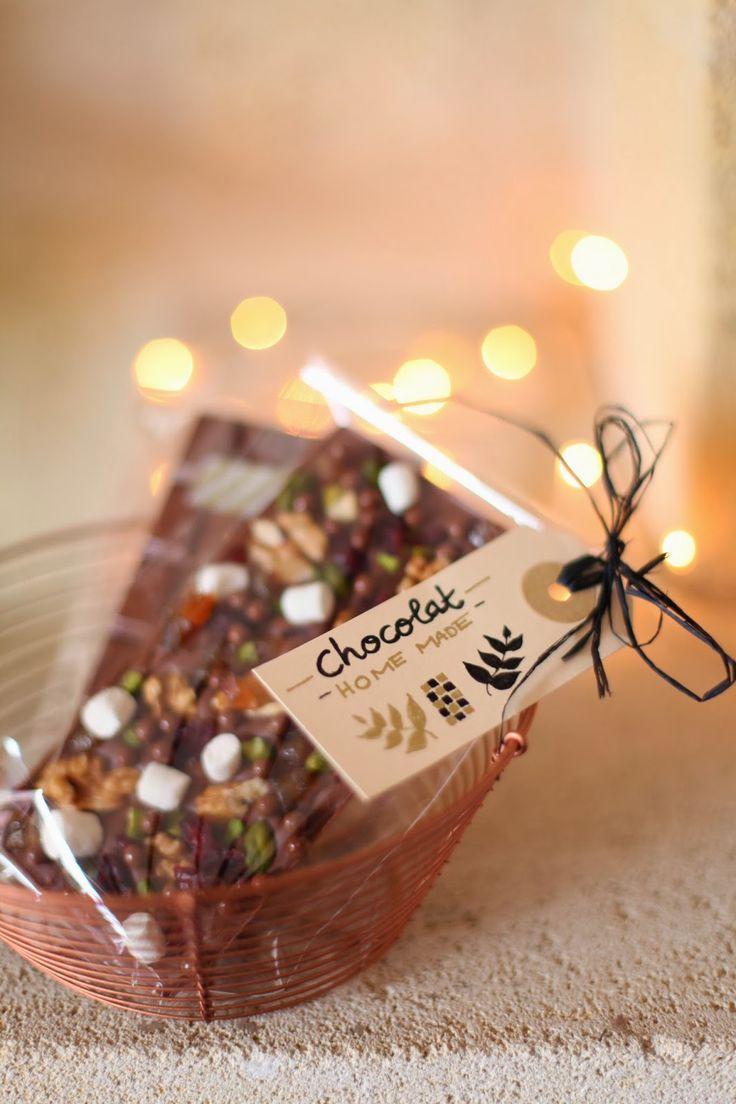 Me voici enfin de retour,avec une idée de cadeau gourmand pour les fêtes, la tablette de chocolat fait maison!  Pour cela il va falloir ...