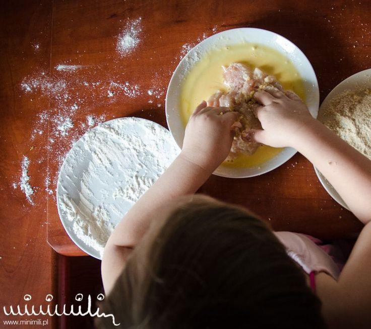 Dziecko gotujące w kuchni to dla wielu osób wydarzenie na miarę zrzucenia bomby na Pakistan. Bałagan, wieczne pytania co gdzie jest a efekt czasem niejadalny i sprzątanie na pół dnia. Armagedon jednym słowem. Jednak czy tak musi być? Jakiś czas temu, zacząłem namawiać Amelię do wspólnych atrakcji kuchennych i teraz sama wybiera przepisy, które później …