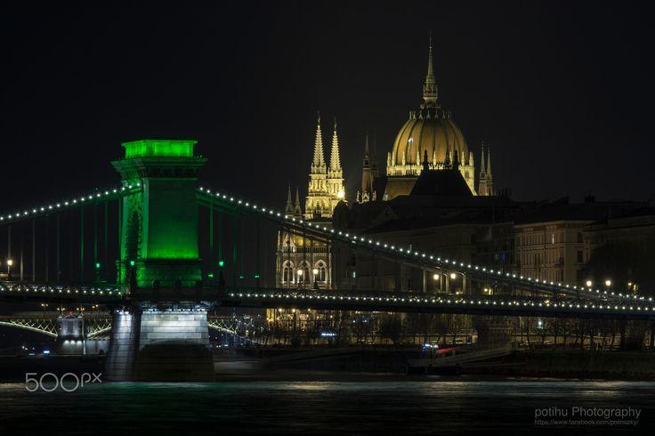 """Szechenyi Chain Bridge & Parlament - One of the sights of Budapest """"Szechenyi Chain Bridge"""" St. Patrick's Day green casual. / Budapest egyik nevezetessége a """"Széchényi Lánchíd"""" Szent Patrik Nap alkalmából alkalmi zöld színben."""