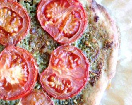 Fuldkornspizza. 3 pizzaer:  2,5 dl lunken vand 15 g gær Ca. 190 g fuldkornsmel Ca. 190 g hvedemel 1 tsk. salt
