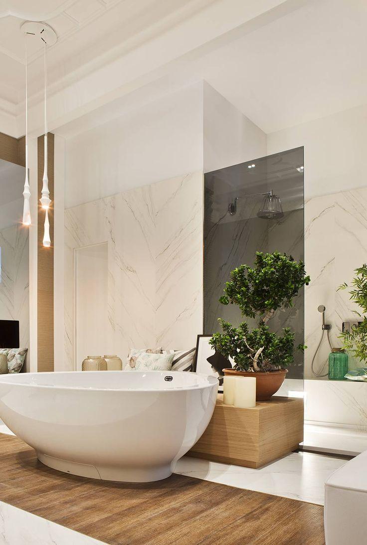 Todos los elementos de la estancia están perfecta y armoniosamente integrados, destacando la bañera central en isla. #details #design #diseño #decoracion #deco #homedecor #bathroom #bathtub #decor
