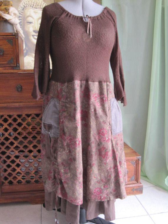 Robe T42-44 romantique fond marron fleurs bordeaux, rose et vert pâle