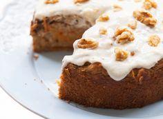 Carrotcake met maar 6 ingredienten! 250 g volkoren speltmeel 16 g bakpoeder (1 zakje) 300 g wortelen 150 ml Griekse yoghurt 110 g walnoten 4 bananen