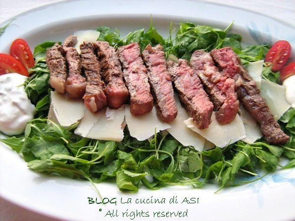 TAGLIATA+DI+MANZO+CON+RUCOLA+E+GRANA+Ricetta+secondi+di+carne