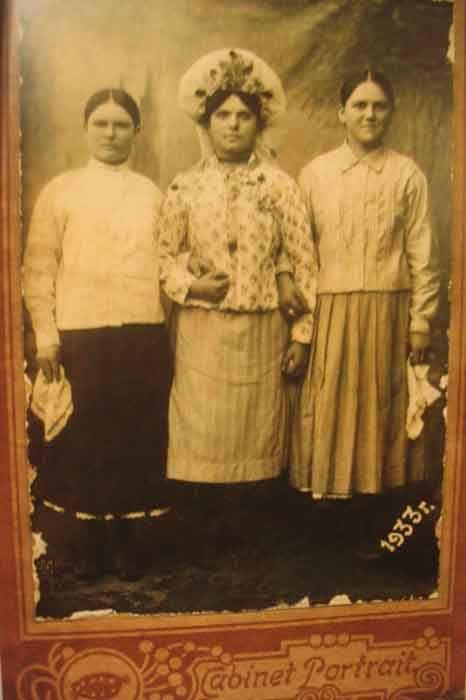 Невеста  с  подружками.  Кубань,  станица  Зеленчукская. 1933г.  Удивительнейшее фото, если учесть надпись 1933. В тот год из в