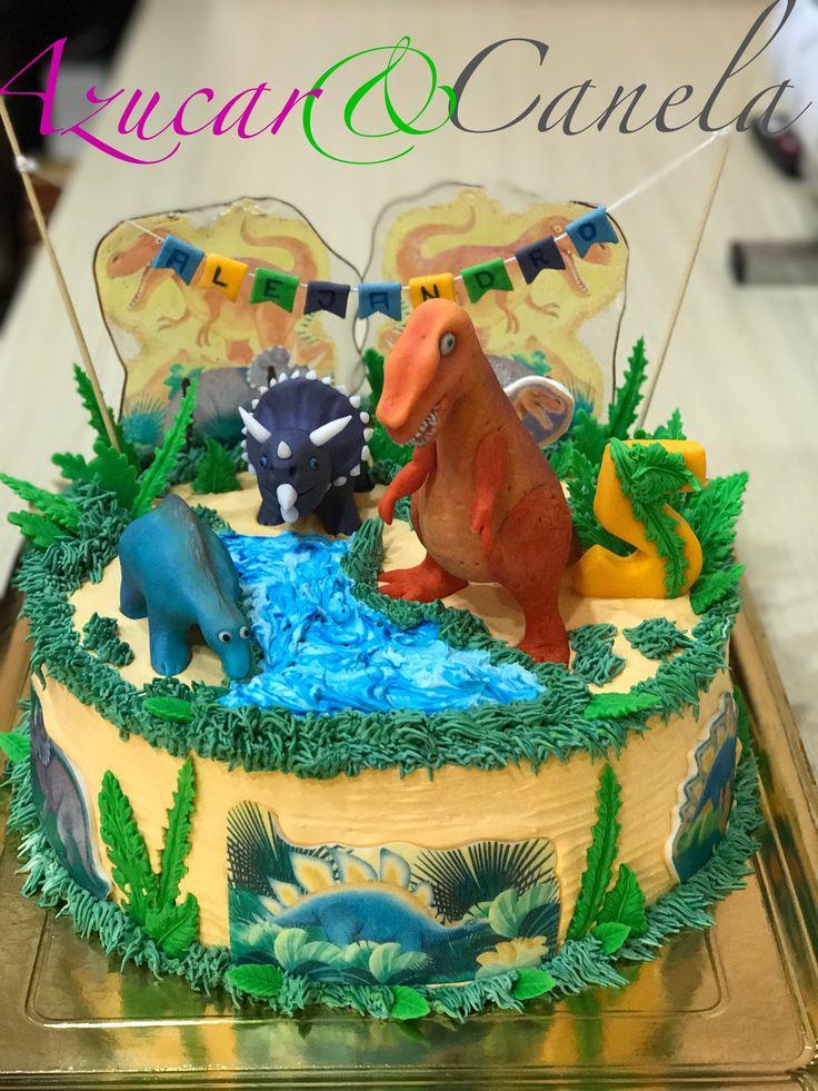 Tarta artesana de bizcocho y tres chocolates con dinosaurios de fondant y cristal de azucar. Felicidades Alejandro Tarta de dinosaurios torta  de dinosaurios prehistóricos