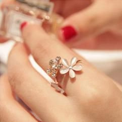 Daisy flower ring http://crazyberry.in/online-shopping/artificial-imitation-fashion-jewellery/daisy-flower-crystal-adjustable-ring