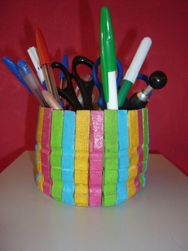 copo para lápis, feito a partir de uma garrafa de plástico e depois forrado com molas pintadas.