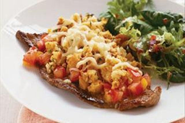 Le fromage et les tomates donnent une saveur incomparable à ces biftecks qui se préparent en un tournemain.