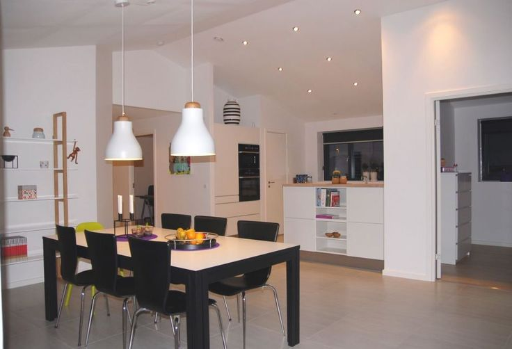 Højt til loftet, giver fornemmelse af mere plads i rummet. En halvmur adskiller køkkenet fra spiseområdet, hvilket gør at man nemt kan underholde gæster, uden at evt. rod i køkkenet er synligt.