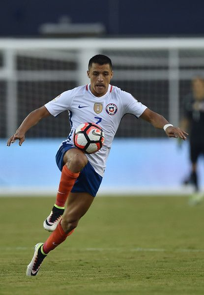 Chile's Alexis Sanchez controls the ball during the Copa America Centenario football tournament match against Bolivia in Foxborough, Massachusetts, United States, on June 10, 2016.  / AFP / Hector RETAMAL