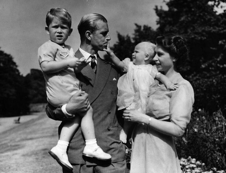 Elisabetta con il Principe Filippo e i loro figli Carlo e Anna a Sandringham (Eddie Worth/AP/Ansa)