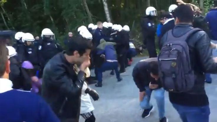 Här använder finsk polis pepparsprej mot militanta afghaner.