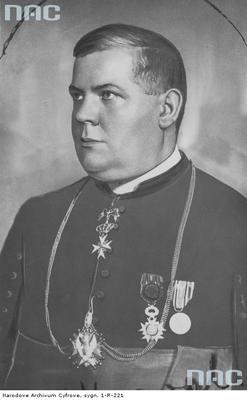 Opis obrazu: Edmund Majkowski - ksiądz kanonik, kawaler maltański, odznaczony Orderem Orła Białego. Fotografia portretowa. Data wydarzenia: 1918 - 1938