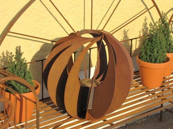 optische Edelrost Drehkugel, 40 cm  Die optische Drehkugel ist mit einem Brennbehälter für Bio Ethanol oder Brenngel ausgestattet. Ein Deckel zum Löschen der Flamme ist ebenfalls im Lieferumfang enthalten.  Eine Beleuchtung mit unserer modernen Kugel ist ein Highlight auf Ihrer Terrasse oder im Garten.  Größe:      Durchmesser: 40 cm  Preis: 79,- €