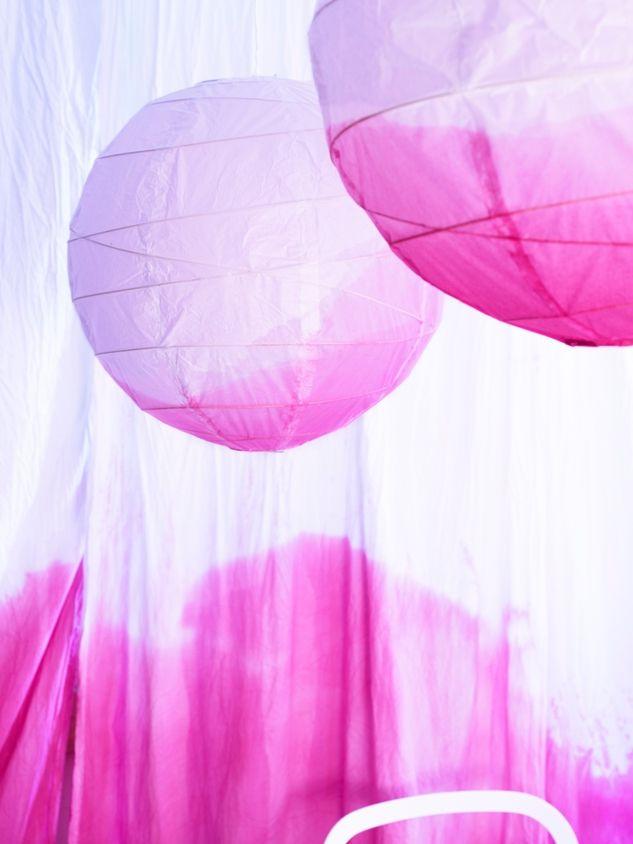 Ώρα να «ζωντανέψει» το πάρτι! Ας ξεκινήσουμε από τη διακόσμηση, προσθέτοντας χρώμα, βάφοντας υφάσματα και χάρτινα φωτιστικά.