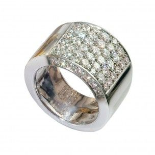 Comme tout joaillier, une collection de pavage est incontournable. Ici, le pavage s'exprime de façon optimale sur un aplat parfait. L'élégance de la bague se complète par une continuité du pavage de diamants sur les côtés.