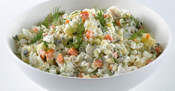 Skøn og nem torskesalat med små tern af rodfrugter og hakkede krydderurter. Kan fx laves af en rest fisk fra dagen før.