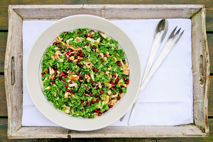 Denne salat er en fryd for øjet og for ganen. Med sin friskhed fra citron og æble samt denssmukke, grønne farve passer den super godt som makker til en rødkålsalat til flæskesteg, and og medister.…