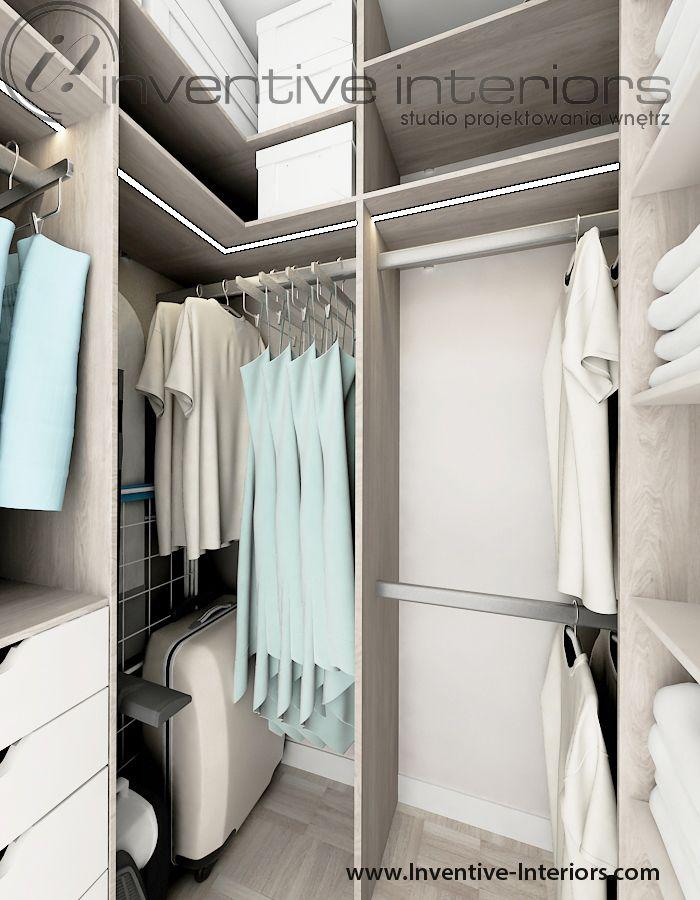 Projekt mieszkania Inventive Interiors - jasna mała garderoba