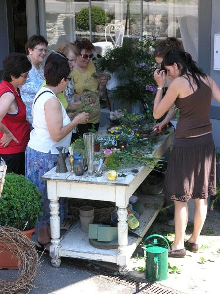 Blumenbinden als Workshop am Gartenfest.