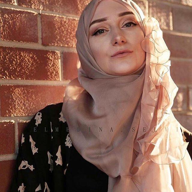 •Volanlı ipek başörtümüz manken Elmedina Selvi tarafından beğeni topladı. •The famous model Elmedina Selvi liked our silk scarf product. Wear nice days @elmedina.selvi. •Sınırlı sayıda üretilen başörtümüz aynı gün, ücretsiz kargoyla size ulaşmaktadır. Fiyat 150 TL. ~Her yer Başzadeler, her şey size özel.~ #Başzadeler #başörtü #scarf #ipekbaşörtü #silkscarf #moda #fashion #nakış #embroidery #özeltasarım #hautecouture