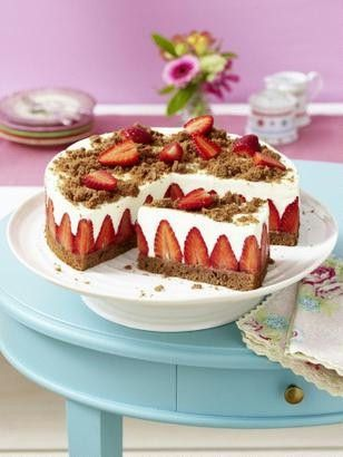 Erdbeer-Torte mit Schokoladenboden und Quark-Sahne-Creme auf Erdbeerkonfitüre-Schicht