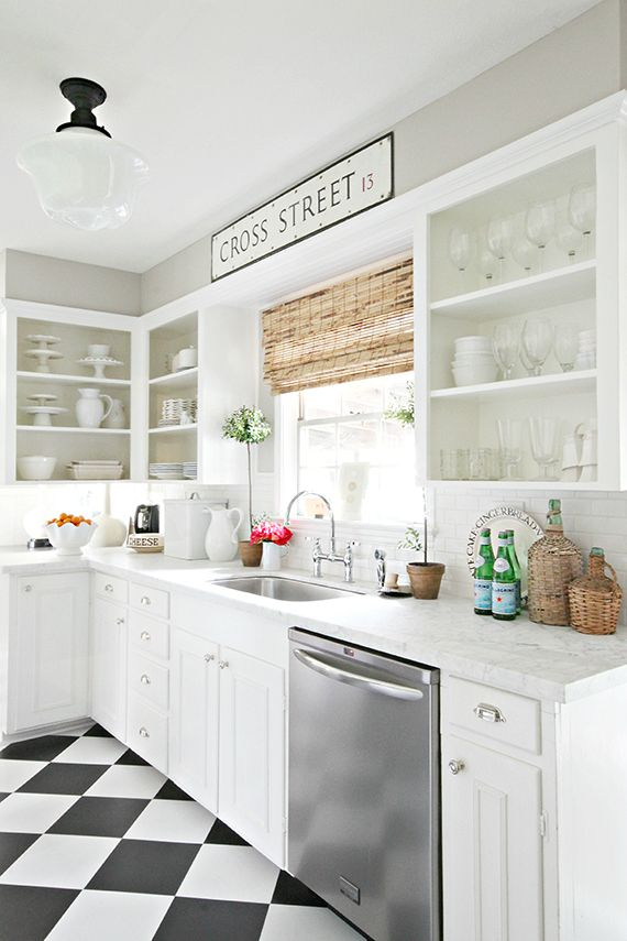 Cocina en blanco con piso de damero